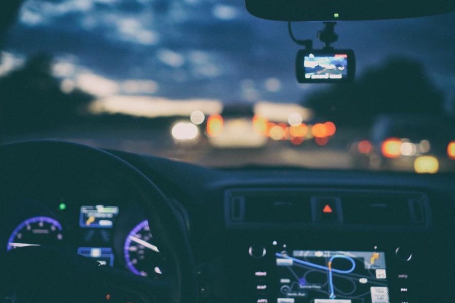 8 consejos para conducir de forma segura por la noche